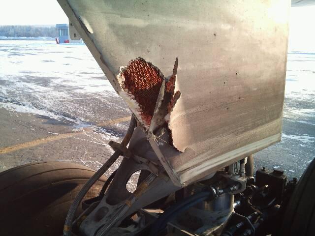Красноярск повреждение обтекателя шасси  полученное при посадке когда самолет находился на глиссаде произведенное куском льда._2012г