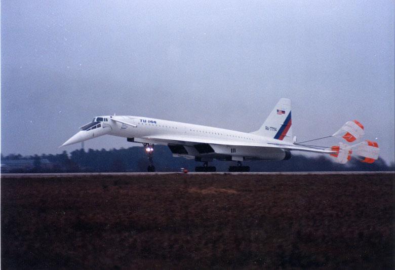 Ту-144 после посадки Торможение с помощью тормозных парашютов