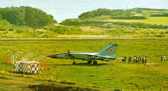 МиГ - 25 в гражданском аэропорту Хакодате на острове Хоккайдо после угона