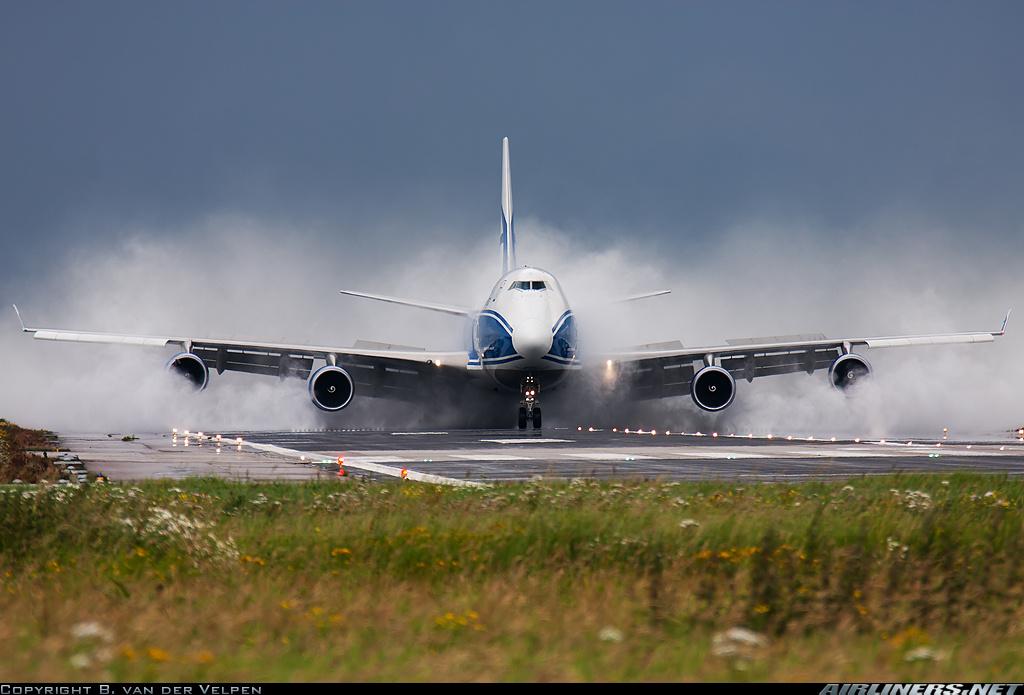 Боинг 747 Вода на полосе самолёту не помеха