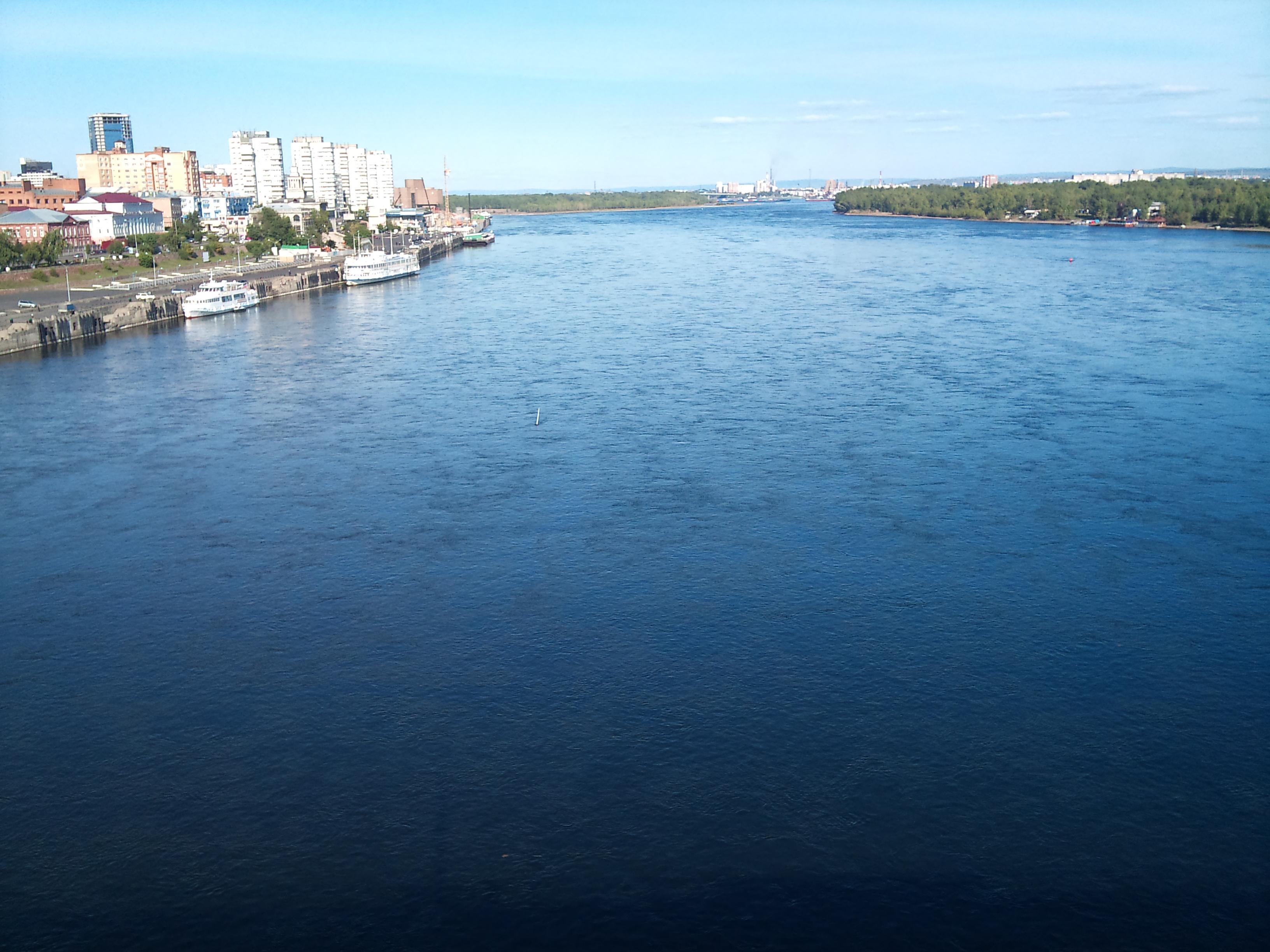Красноярск Великая река Сибири Енисей вид с Коммунального моста Енисей занимает 7-е место в мире и 1-е в России по количеству воды. 24.08.2012 года