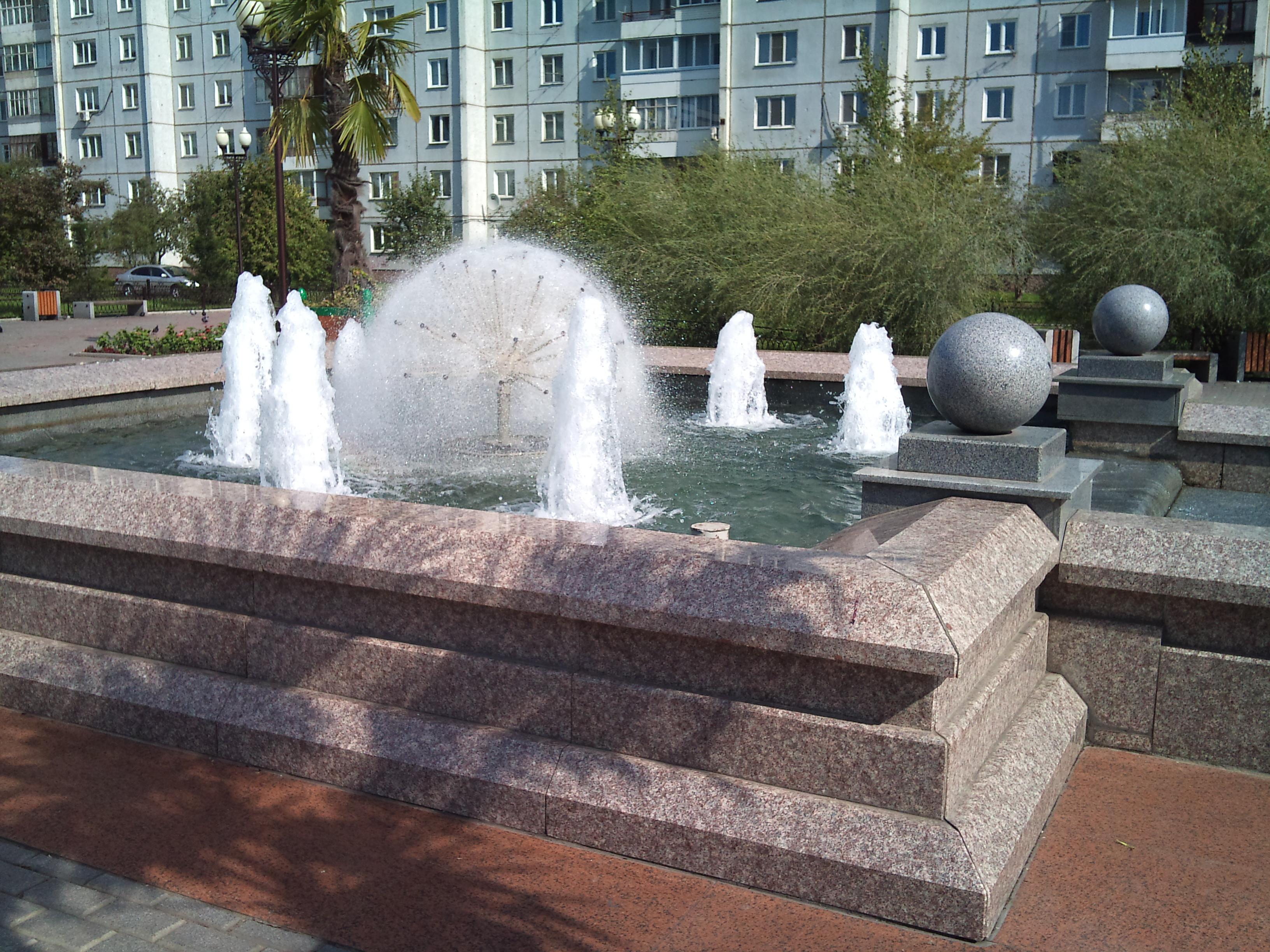 Красноярск фонтан на площади справа от Дворца Труда. 1.09.2012 года