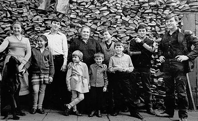 Семья Овечкиных - Семь Симеонов во дворе своего дома