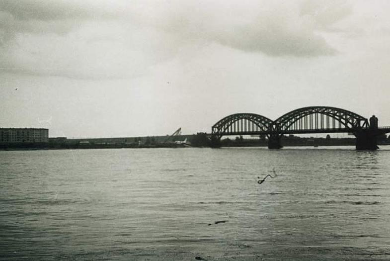 Ту-124 совершивший посадку на Реку Неву рядом с железнодорожным мостом Вид с левого берега