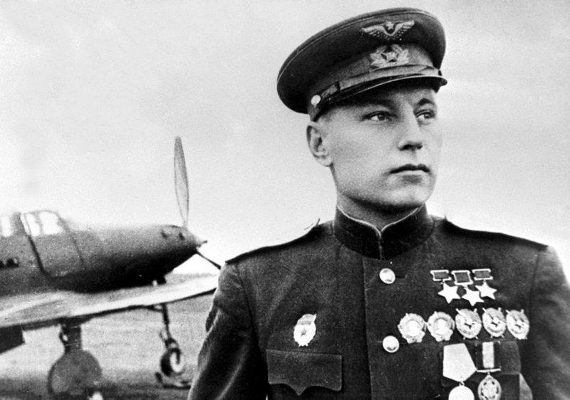 Александр Иванович Покрышкин Трижды герой Советского Союза на фоне свего американского истребителя Эйркобра