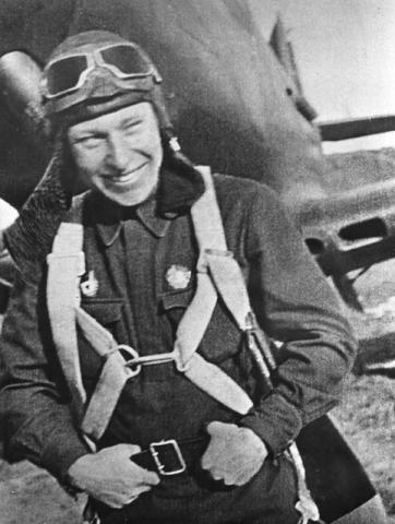 Александр Иванович Покрышкин на фоне своего истребителя