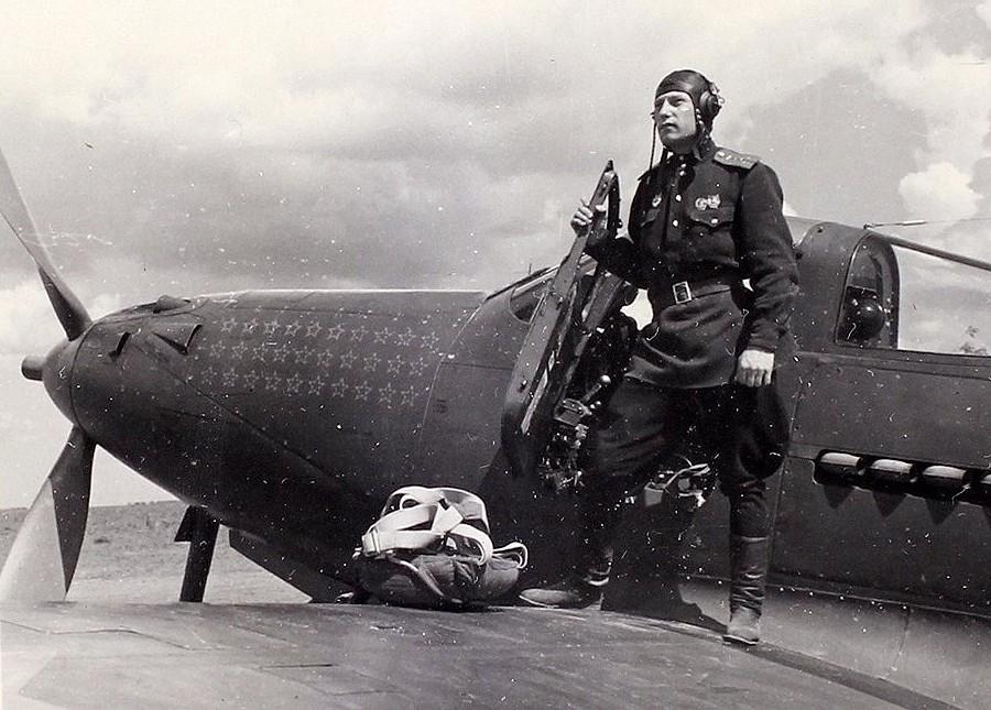 Александр Иванович Покрышкин на крыле своего истребителя на фоне звёзд на капоте самолёта