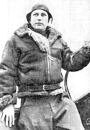 Александр Иванович Покрышкин на крыле своего истребителя в лётной форме