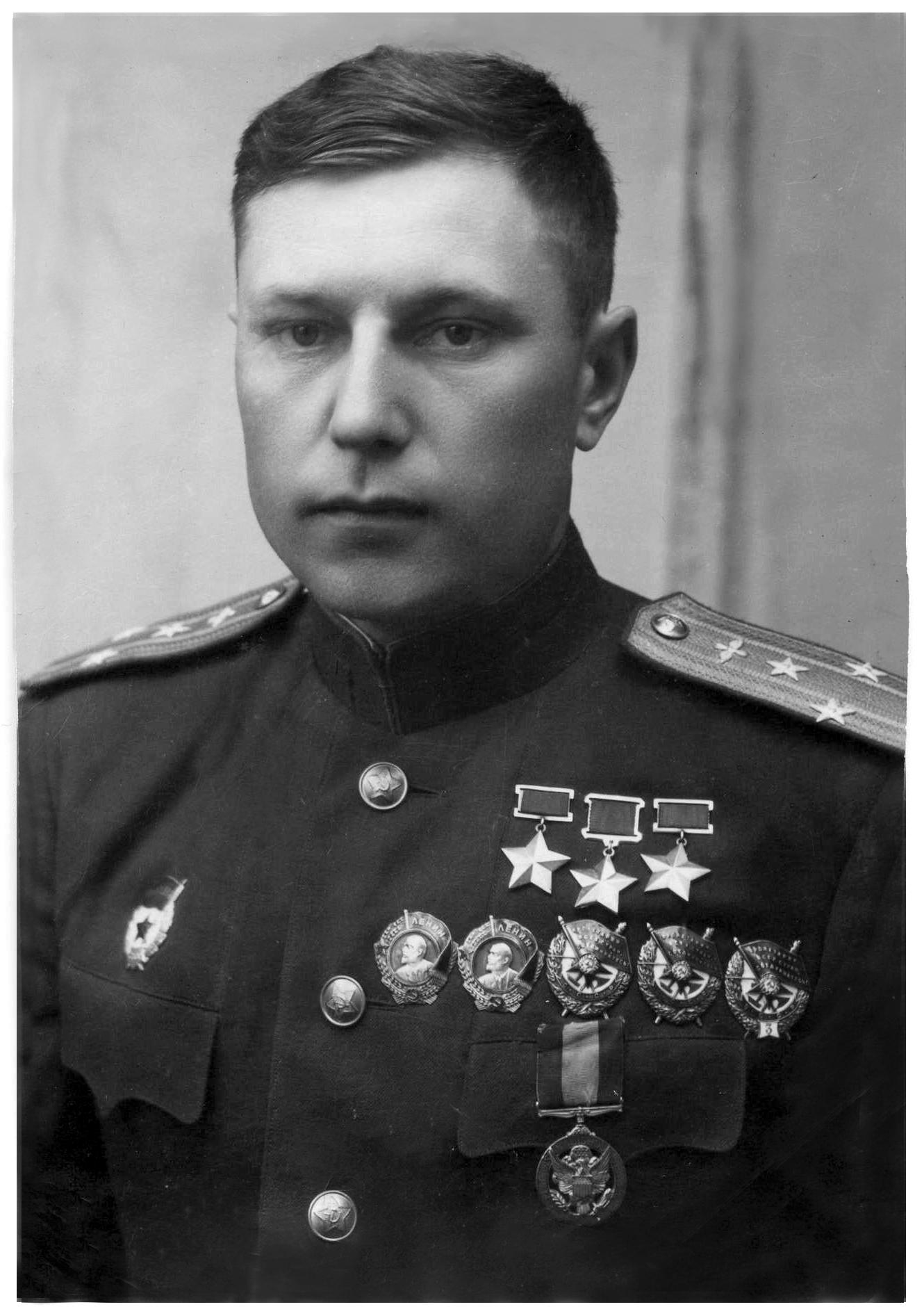 Александр Иванович Покрышкин после награждения третьей звездой героя Советского Союза