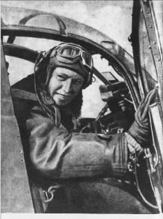 Александр Иванович Покрышкин в кабине своего истребителя Эйркобра