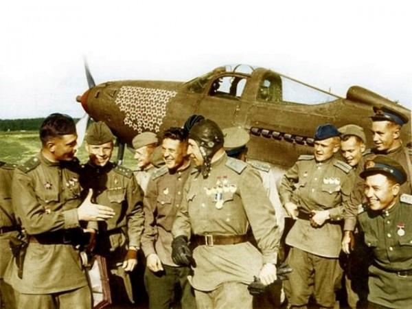 Александр Иванович Покрышкин в кругу сослуживцев на фоне своего истребителя Эйркобра