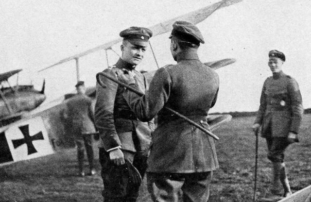 Манфред фон Рихтгофен на фоне истребителя с сослуживцем