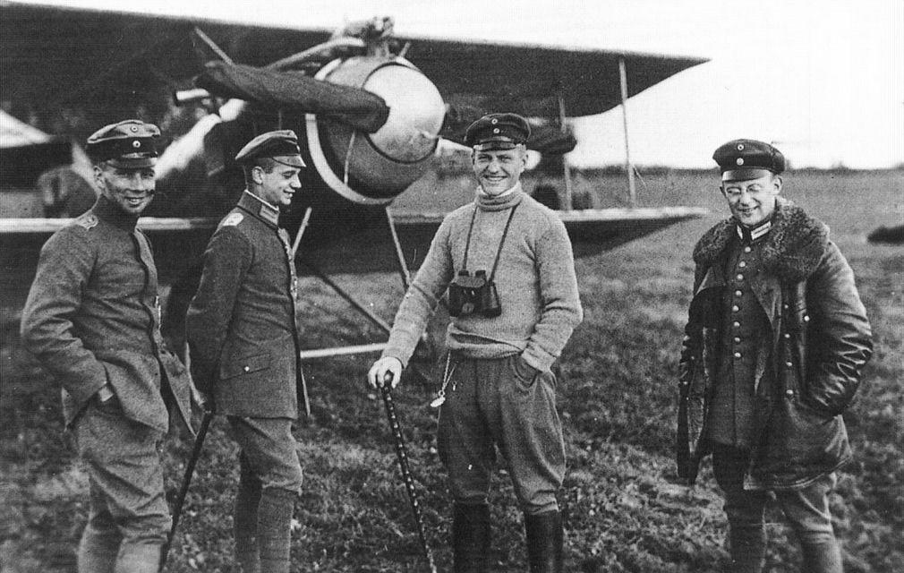 Манфред фон Рихтгофен с сослуживцами