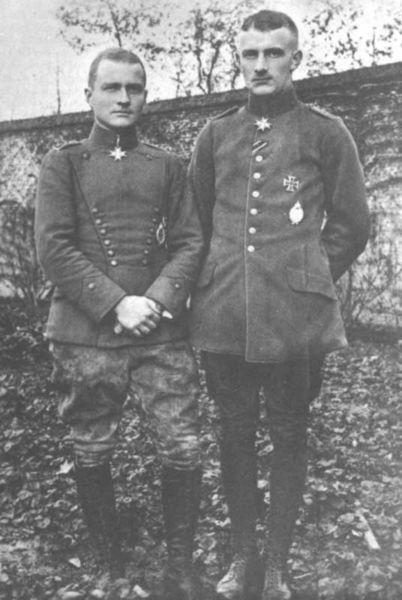Манфред фон Рихтгофен (слева) и его брат Лотар фон Рихтгофен (справа)
