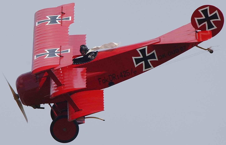 Манфред фон Рихтгофен воевал на истребителе Фоккере П1 Тогда у лётчиков-истребителей был очень модным развивающийся на ветру белый шарф