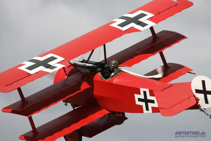Манфред фон Рихтгофен воевал на истребителе триплане Фоккере П1 Тогда у лётчиков-истребителей был сверхмодным белоснежный развивающийся на ветру шарф