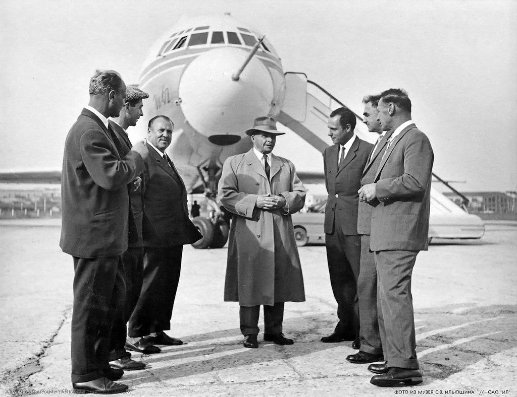 Сергей Владимирович Ильюшин с конструкторами и начальниками отделов на фоне Ил-62