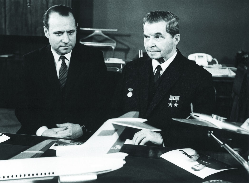 Сергей Владимирович Ильюшин (справа) и авиаконструктор Генрих Новожилов (слева)