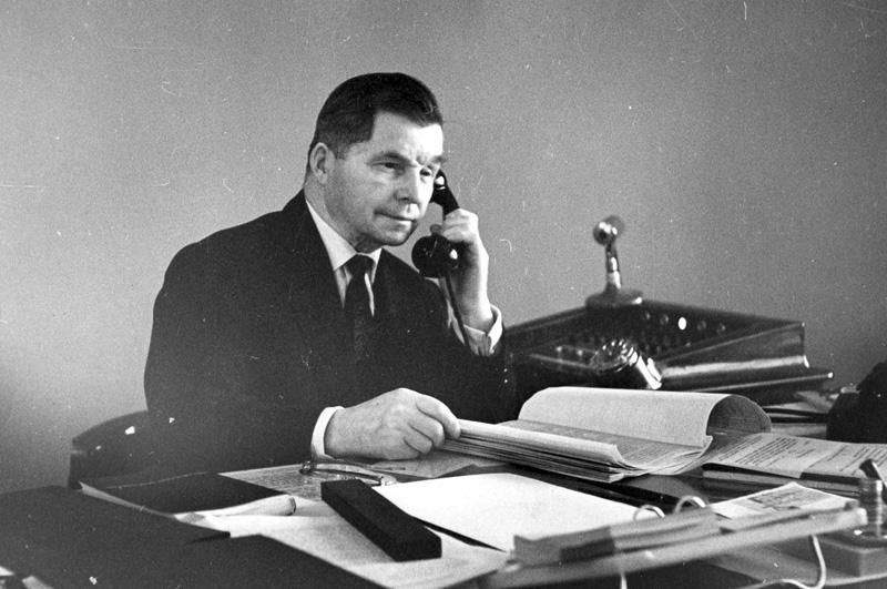 Сергей Владимирович Ильюшин за рабочим столом