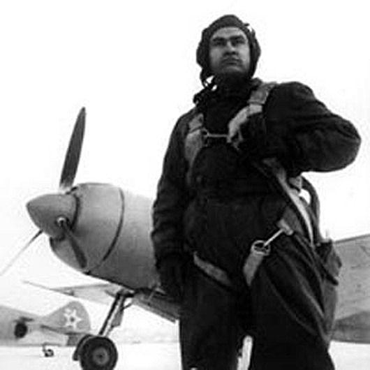 Алексей Петрович Маресьев рядом со своим истребителем Ла-7ФН