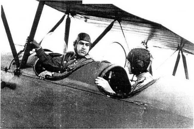 Алексей Петрович Маресьев в качестве инструктора на учебном самолёте У-2