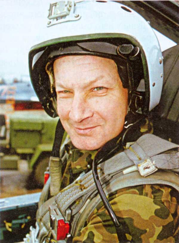 Тимур Автандилович Апакидзе в кабине Су-33 на наземном азродроме