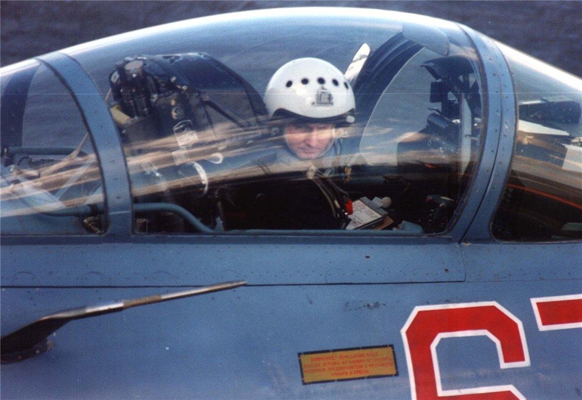 Тимур Автандилович Апакидзе в кабине Су-33 на палубе авианосца Кузнецов