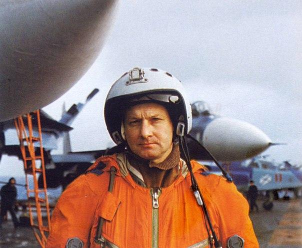 Тимур Автандилович Апакидзе в комбинезоне морского лётчика на палубе авианосца Кузнецов