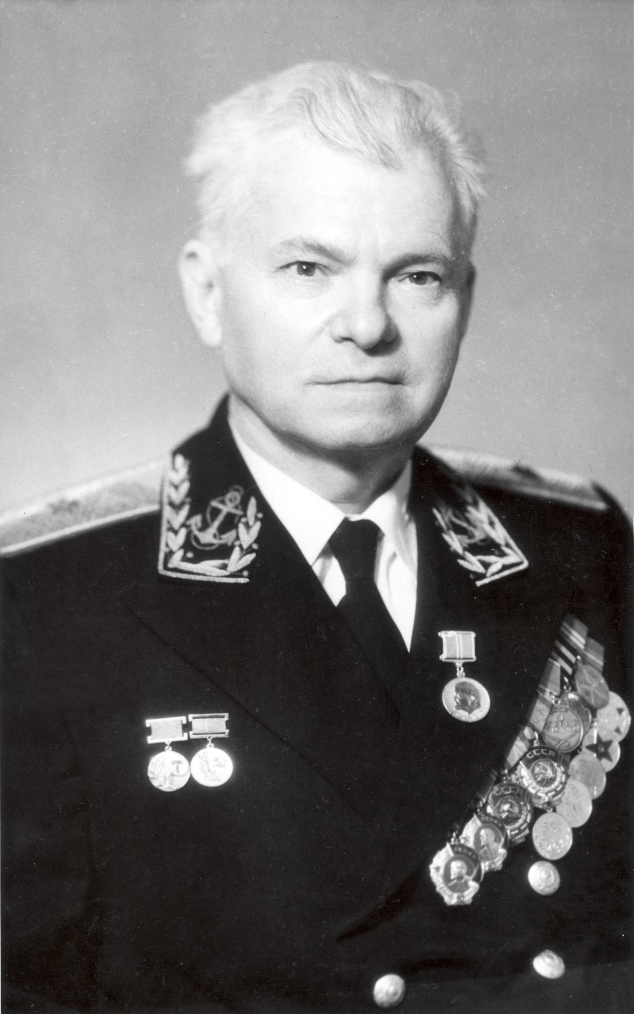 Авиаконструктор Георгий Михайлович Бериев с боевыми наградами