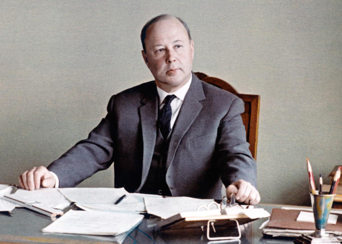 Михаил Леонтьевич Миль в рабочем кабинете