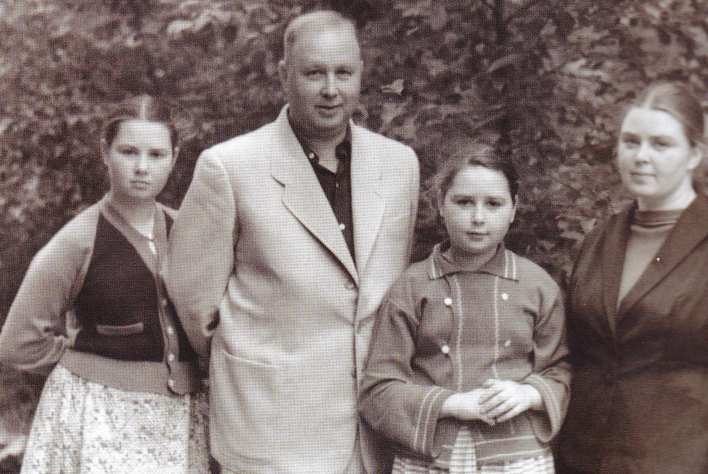 Михаил Леонтьевтч Миль с дочерьми