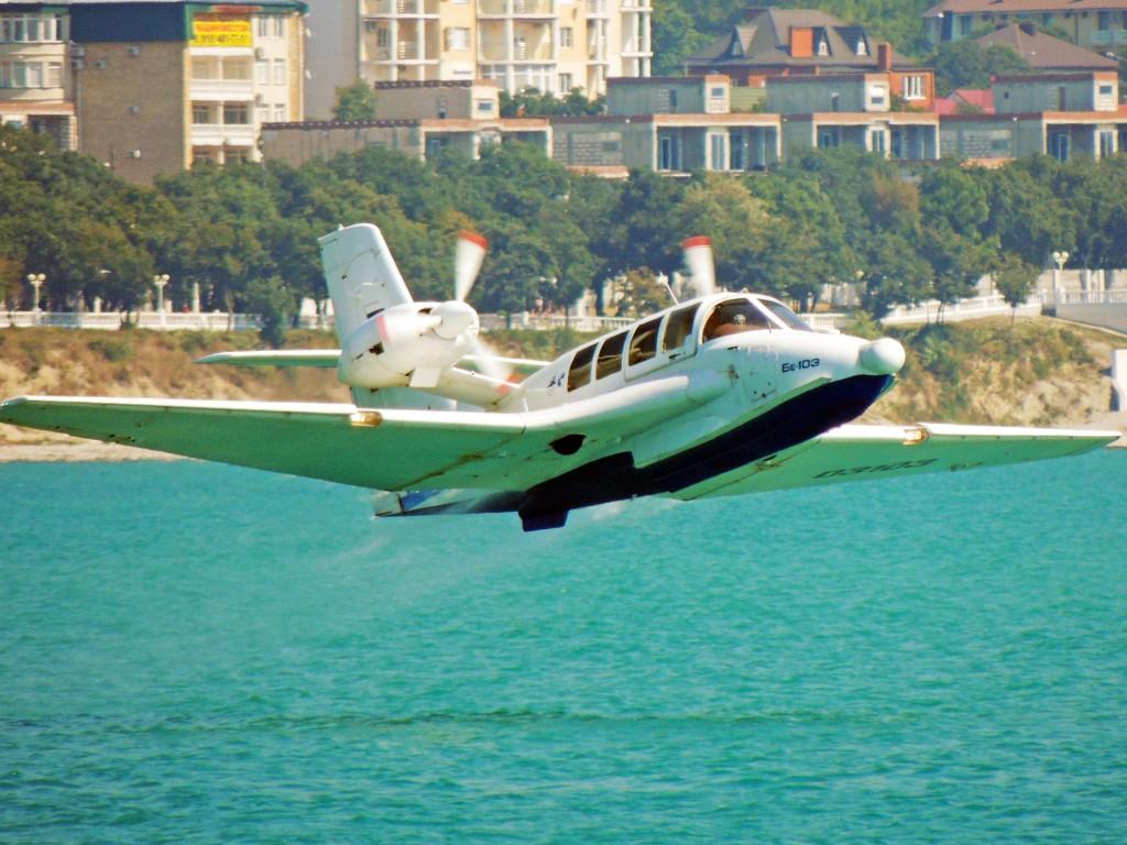 Самолёт-амфибия КБ Георгия Михайловича Бериева Бе-103 на посадке