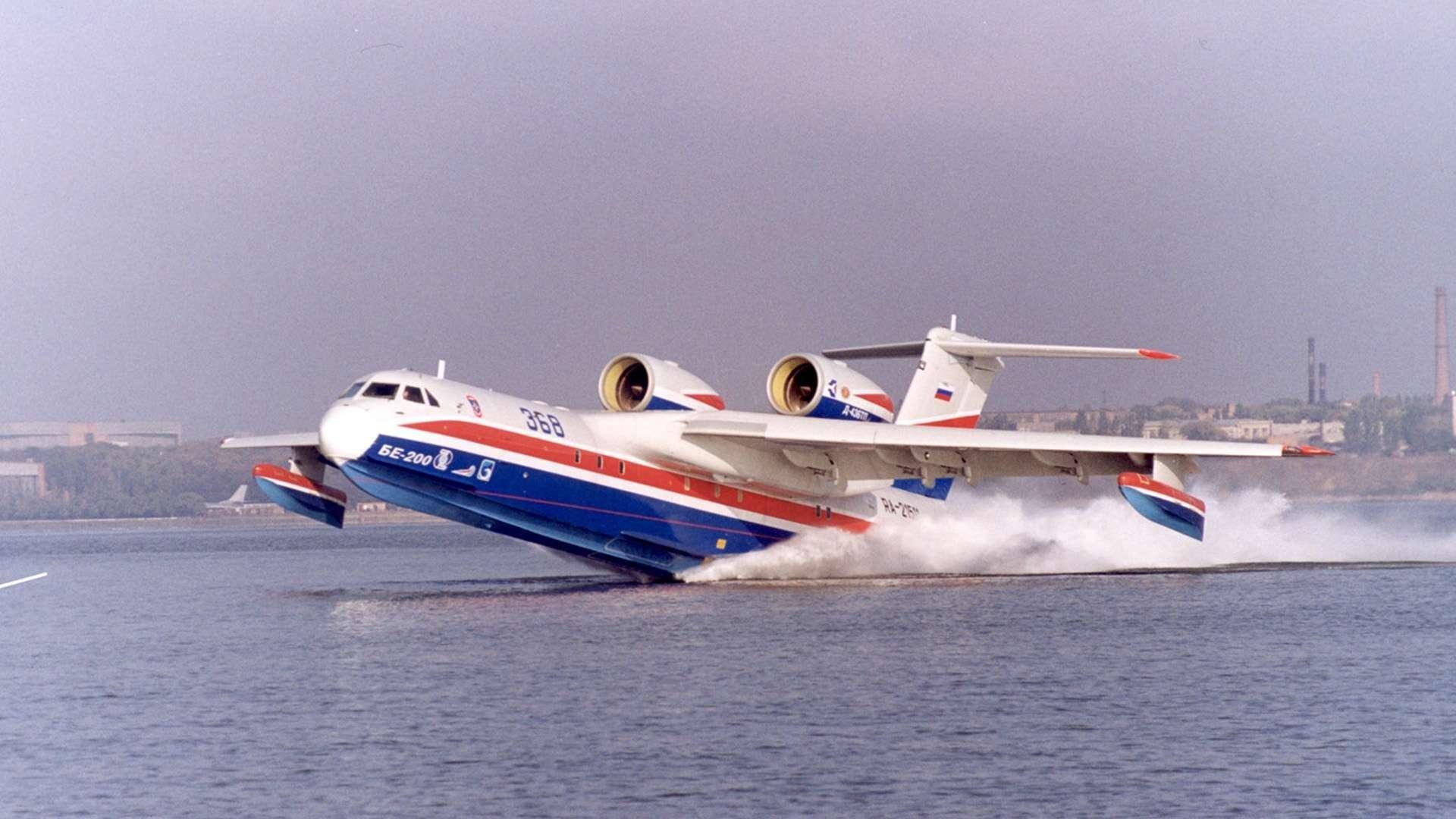 Самолёт-амфибия КБ Георгия Михайловича Бериева Бе-200 на глиссирующем режиме