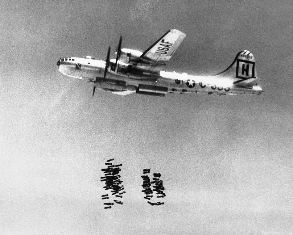 Американский бомбардировщик Летающая крепость Война в Корее Бомбы посыпались