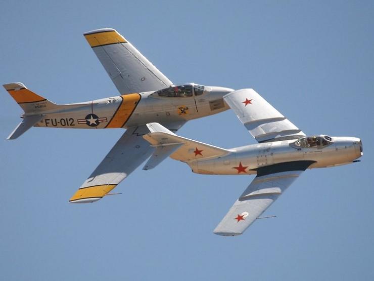 Бывшие противники в войне в Корее американский F-86 (Сэйбр) и МиГ-15 на авиа шоу в США