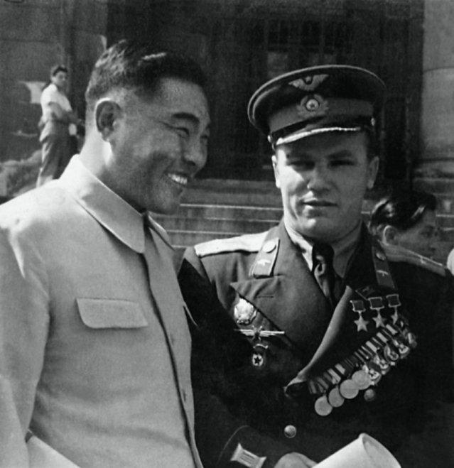 Иван Никитович Кожедуб после корейской войны Возможно рядом с китайским лётчиком