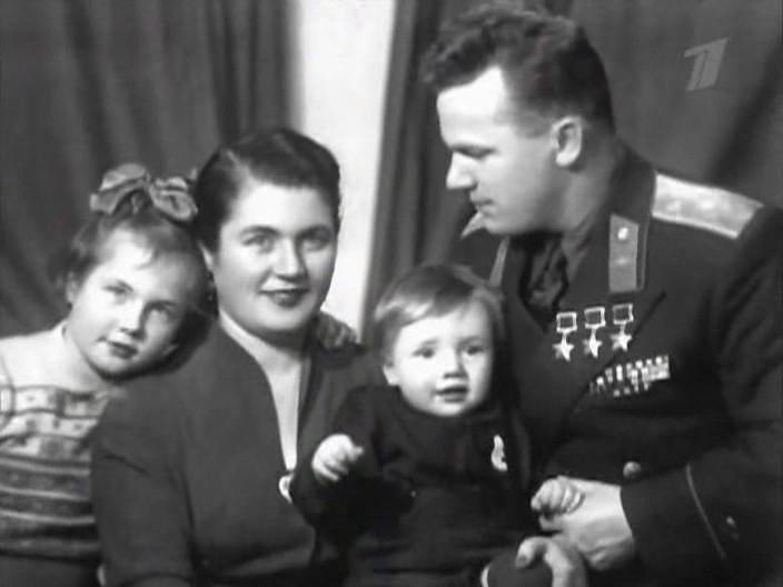 Иван Никитович Кожедуб с женой Вероникой Николаевной дочерью Наташей и сыном Никитой