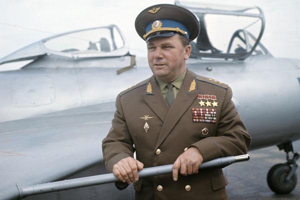 Иван Никитович Кожедуб в звании генерал полковник рядом с истребителем МиГ-15