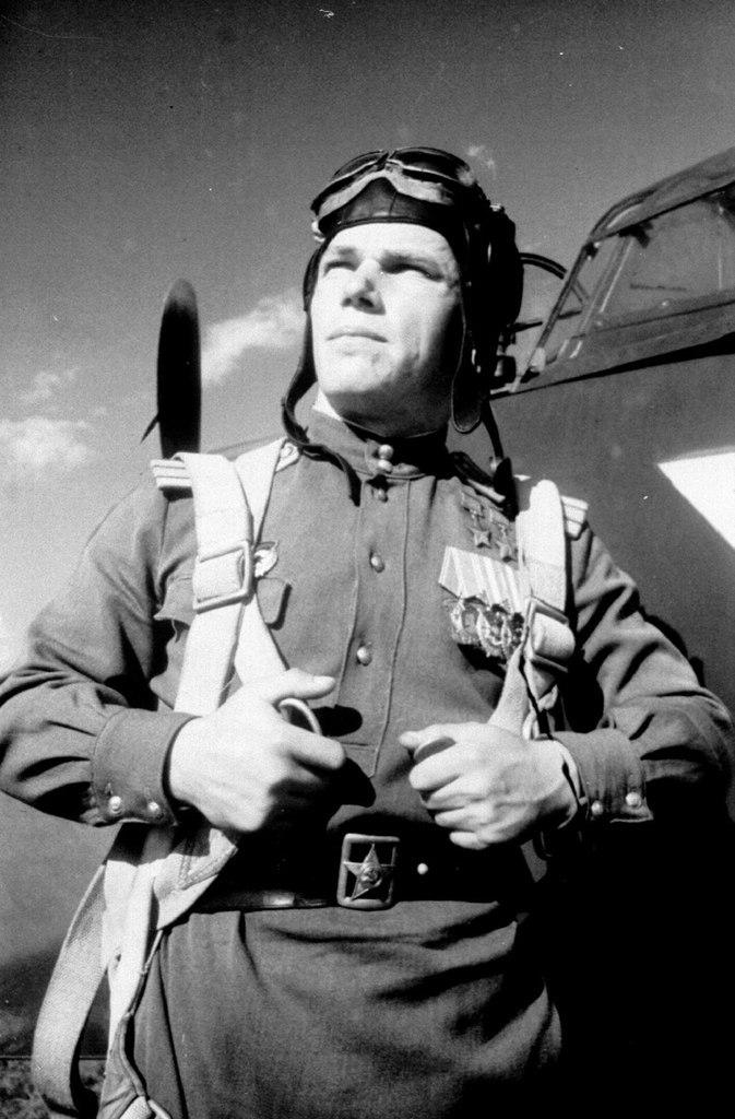 Лётчик-истребитель асс Иван Никитович Кожедуб на фоне своего истребителя