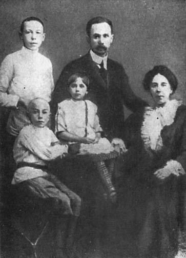 Семён Алексеевич Лавочкин в детстве с родственниками