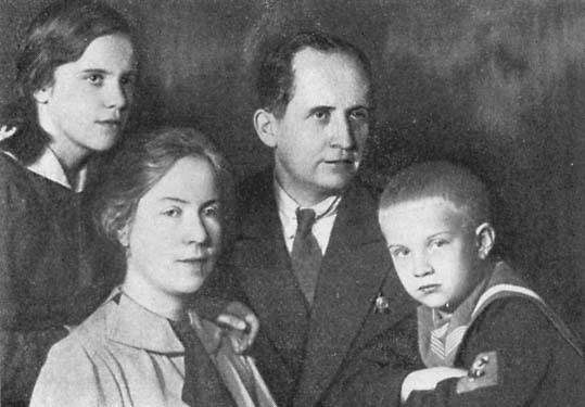 Авиаконструктор Павел Осипович Сухой с семьёй