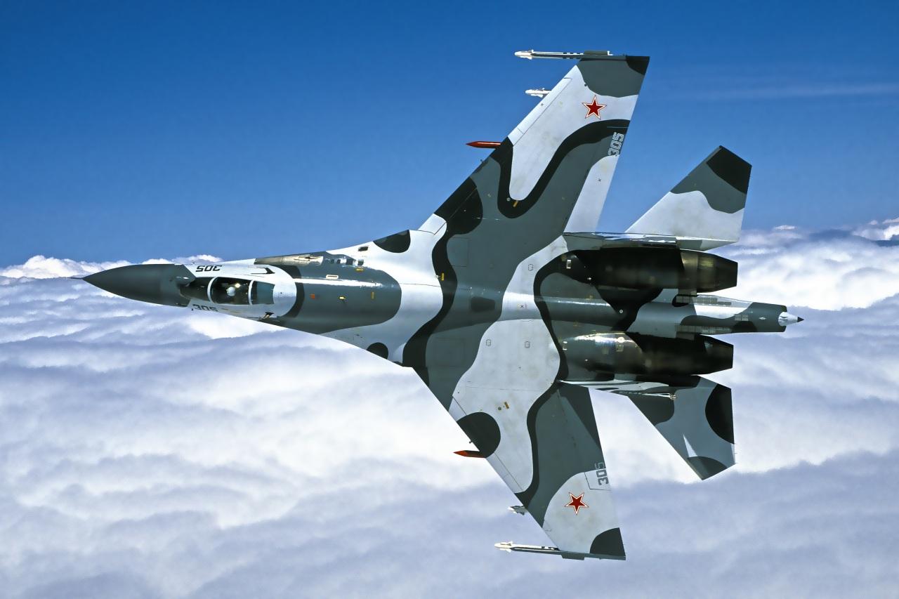 Самолёт КБ Павла Осиповича Сухого Су-27 на вираже
