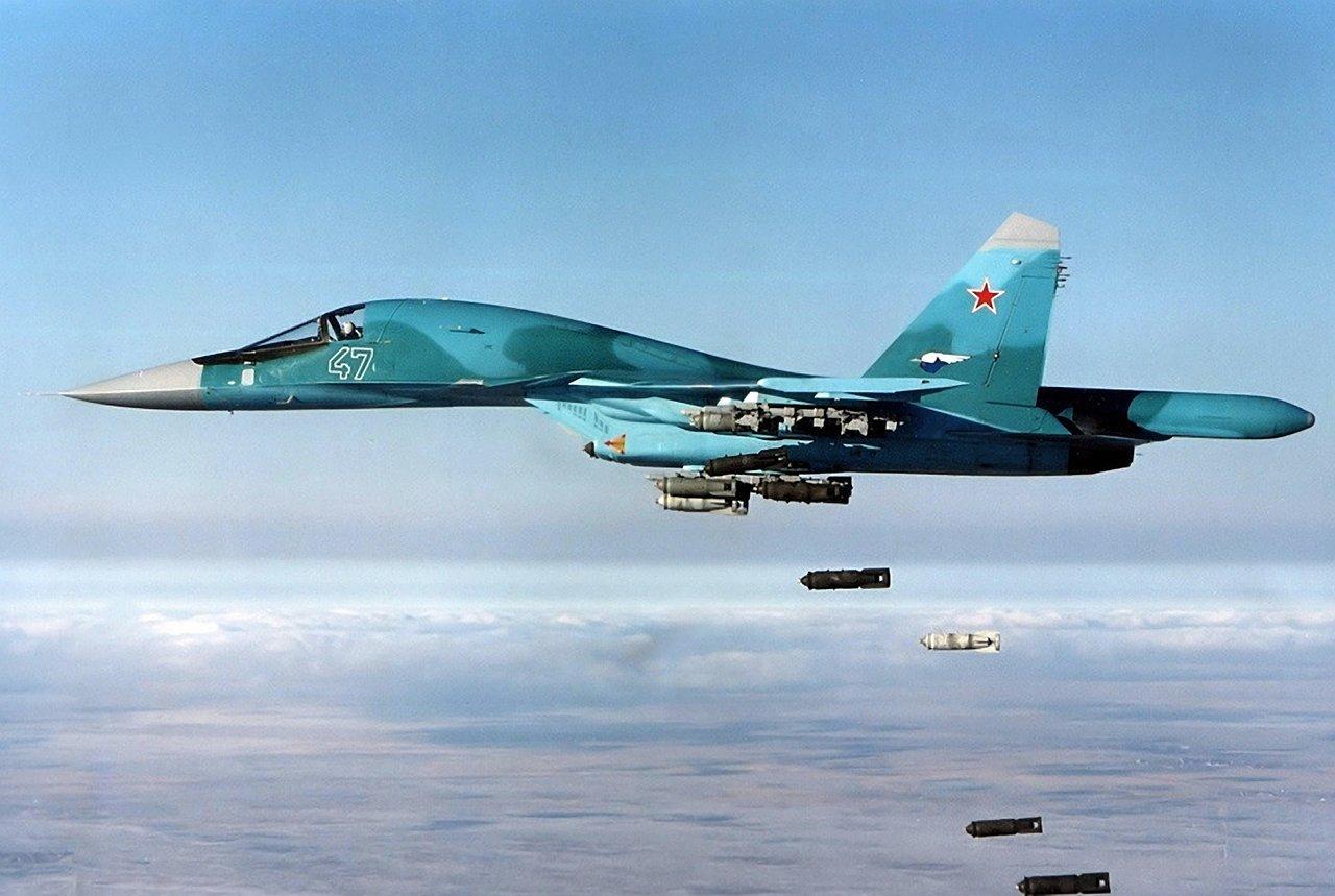 Самолёт КБ Павла Осиповича Сухого Су-34 производит бомбометание
