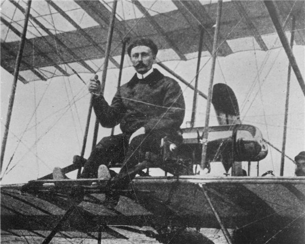 Лев Макарович Мациевич за штурвалом самолёта