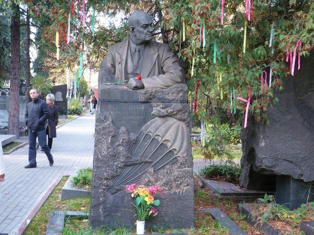 Памятник на могиле Глеба Евгеньевича Котельникова с привязанными на дереве ШЁЛКОВЫМИ лоскутками