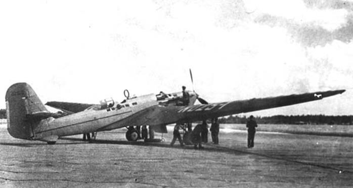 Самолёт экипажа Михаила Михайловича Громова АНТ-25 проходит подготовку к вылету