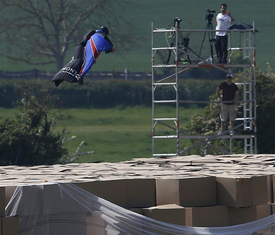 Вид парашютного спорта Вингсьют Приземление БЕЗ парашюта в картонные коробки