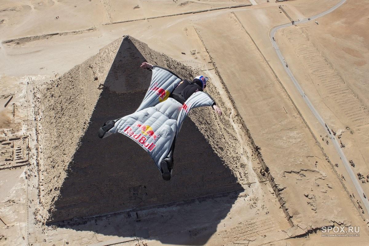 Вид парашютного спорта Вингсьют Приземление на фоне Египетской пирамиды