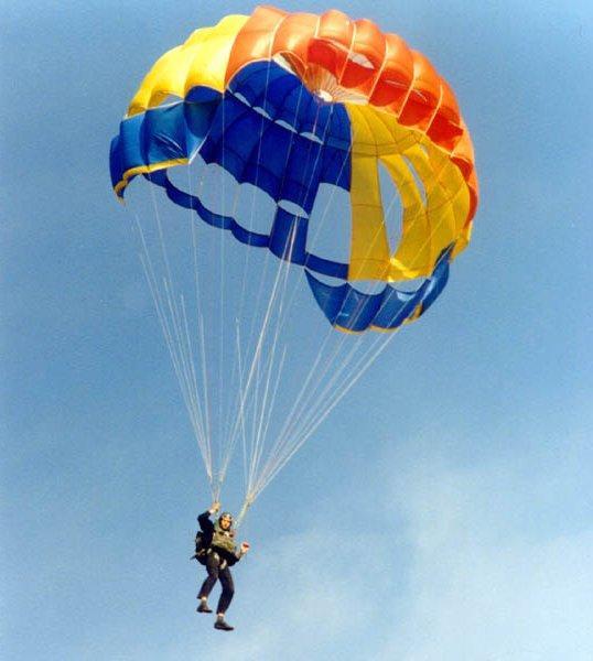 Вид парашютного спорта приземление на точность На таких куполах соревновались до изобретения парашюта-крыла
