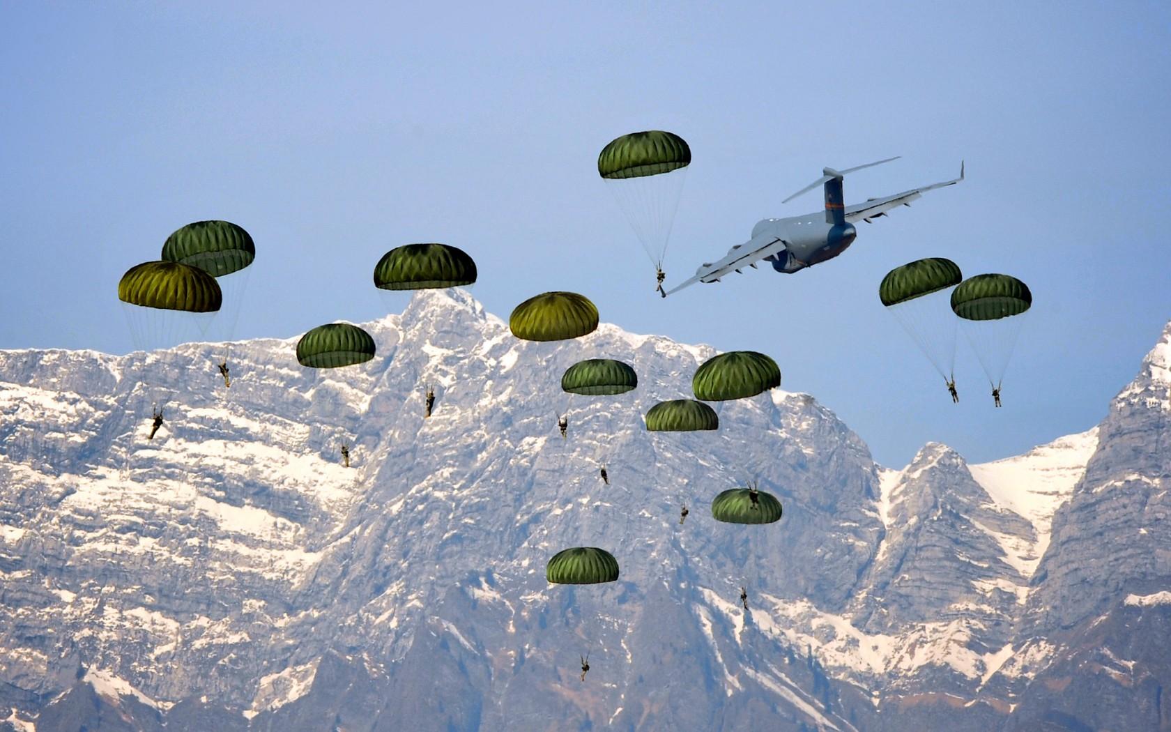 Высадка массового десанта американских ВДВ в горах с транспортного самолёта С-17